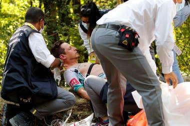 Lukas Postlberger, atendido por una picadura de abeja en la 19ª etapa del Tour de Francia