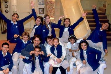 Romina Yan con todos los niños de Chiquititas