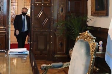 Alberto Fernández ingresando a su despacho, una de las fotos que difundió el Gobierno durante la semana