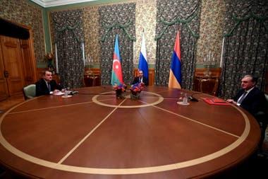 Los cancilleres de Armenia y Azerbaiyán negociaron una tregua con la mediación de Rusia, pero cinco minutos después de su entrada en vigor las dos partes se acusaron de violar el acuerdo