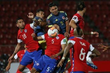 Casi un line-out de rugby: la pelota da en Paulo Díaz, a quien Radamel Falcao García supera en el salto; el colombiano amargó a Chile con un gol a los 46 minutos del segundo tiempo.