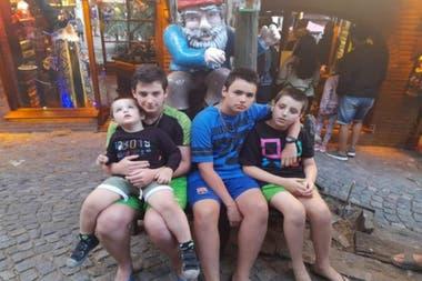 Los hermanos de Rocco Grime Kahan lo ayudan en sus tratamientos