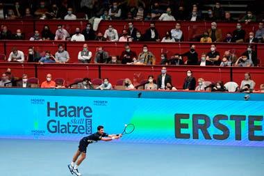 Novak Djokovic se defiende, pero no puede: fue eliminado del ATP de Viena.
