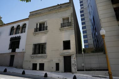 La casa de Oliverio Girondo se vendió a la municipalidad en 1972 y se anexó al museo Fernández Blanco; actualmente funciona allí un área administrativa