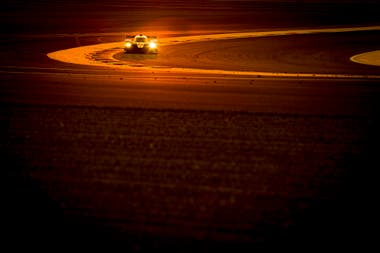 El Toyota TS050 híbrido número 7 transita el autódromo de Sakhir, donde tuvo lugar la carrera 8 Horas de Bahréin, la consagratoria para López y compañía.