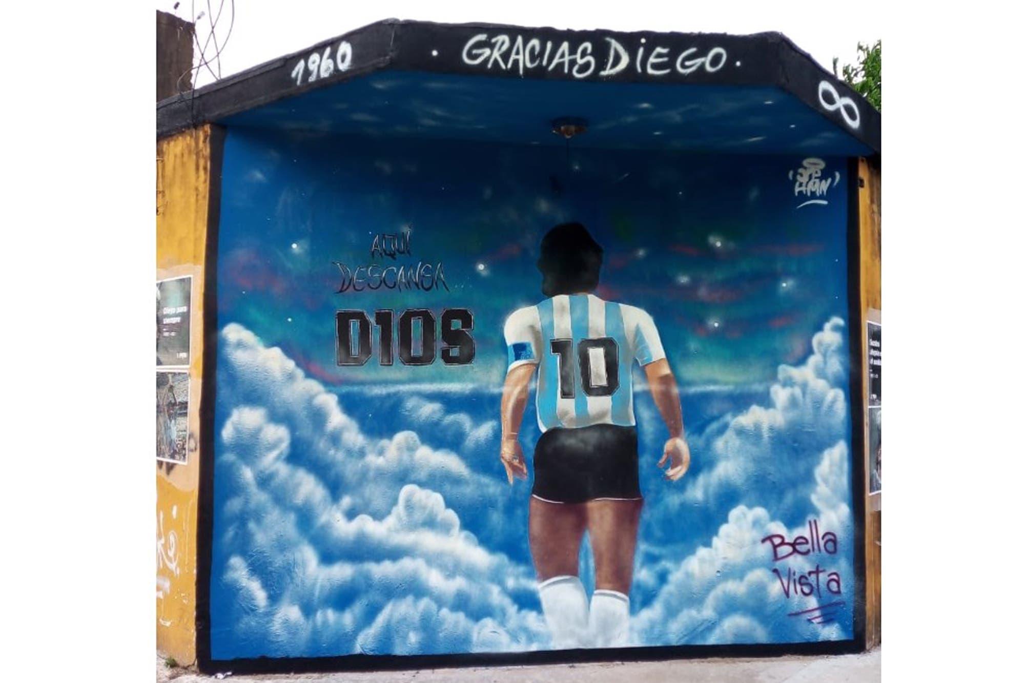 Diego Maradona. Ofrendas, murales y el truco de los que se presentan como familiares para ingresar al cementerio