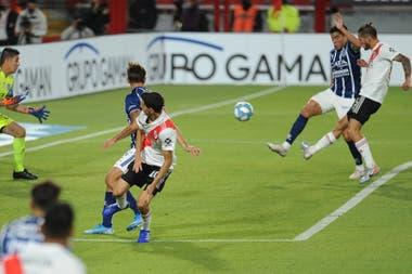Zuculini pasó de una mano no sancionada en su área a ser clave en la del rival.