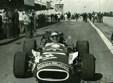 En la Argentina, Jorge Cupeiro, participó en todas las categorías; aquí, en la salida de boxes con un monoposto en Córdoba