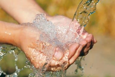 """""""No tenemos suficiente agua para beber y cocinar nuestra comida, entonces, ¿dónde conseguiremos agua para lavarnos las manos con frecuencia?"""", expresó una residente de Kibera, uno de los barrios marginales más grandes de Nairobi, cuando se anunció el primer caso confirmado de coronavirus e"""