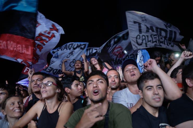 El publico y los trapos en el Cosquín Rock