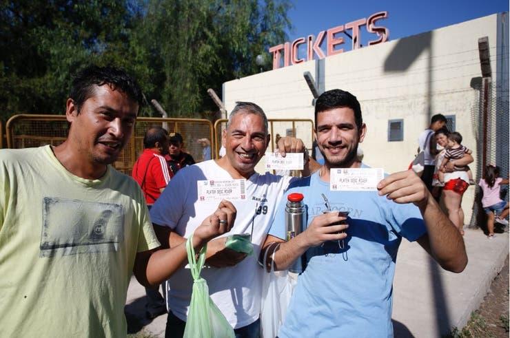 Los hinchas de River tuvieron que madrugar para conseguir los tickets en Mendoza