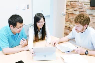Desde la izquierda: Jian-Bo Zhu, Jing Tang y Eli Watson, los científicos que lograron el desarrollo