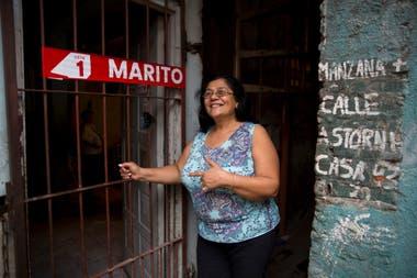Nilda Bobadilla, delegada barrial, en la puerta de su casa