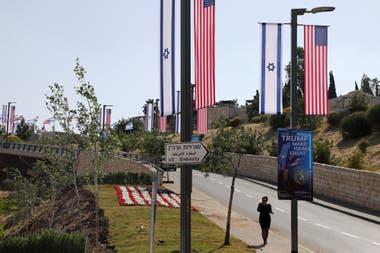 Banderas de EE.UU. e Israel y carteles que indican la nueva ubicación de la embajada