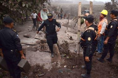 Bomberos, rescatistas y policías trabajan en las zonas más afcetadas