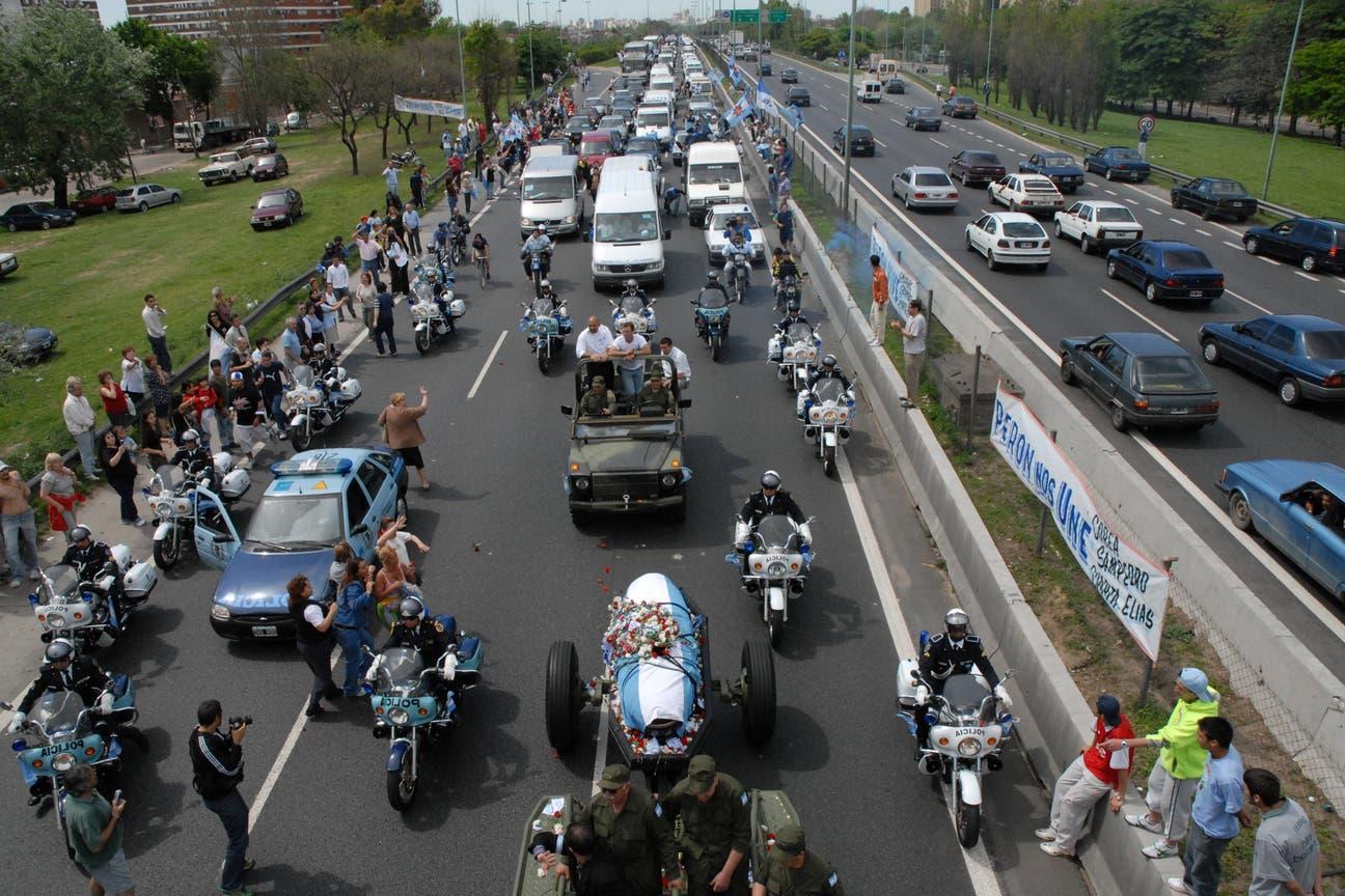 Masiva movilización: el 17 de octubre de 2006, una multitudinaria procesión acompañó el remolque que llevaba el féretro con los restos de Perón a su última morada: San Vicente