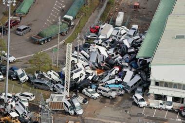 Varios vehículos amontonados debido a los fuertes vientos en Kobe, prefectura de Hyogo