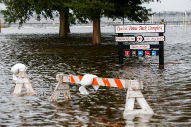 Con su llegada a la costa, el huracán Florence se debilita a categoría 1, pero sigue siendo muy peligroso