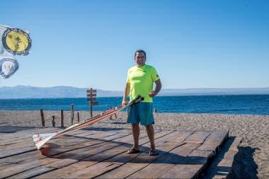 Gerardo Quintana da clases de windsurf en Lago Buenos Aires