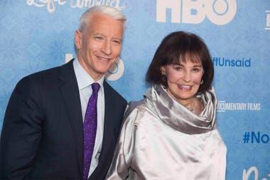 Vanderbilt junto a su hijo, el periodista Anderson Cooper, en la presentación del documental Nothing Left Unsaid