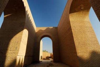 Babilonia en Irak. Formado por los restos de templos, palacios, torres y puertas de la antigua ciudad, este sitio ubicado a 85 kilómetros de Bagdad agrupa los vestigios arqueológicos de la capital del antiguo Imperio Neobabilónico que existió entre los años 626 y 539 a. C.