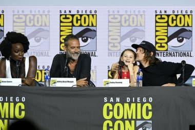 Danai Gurira, Jeffrey Dean Morgan, Cailey Fleming y Norman Reedus en el panel de The Walking Dead