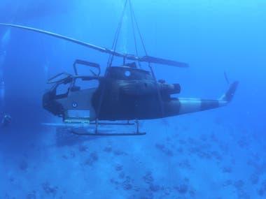 Un helicóptero las Fuerzas Armadas de Jordania se encuentra en el lecho marino del Mar Rojo, frente a la costa de la ciudad portuaria sur de Aqaba, como parte de un nuevo museo militar submarino, Jordania