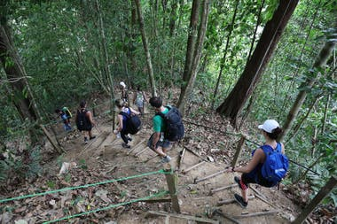 Más de dos horas de caminata por la jungla conducen a la cueva-alojamiento