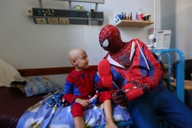 Catriel, de 4 años, junto con Rubén Pastorini, de 50, ayer en el Hospital Gutiérrez