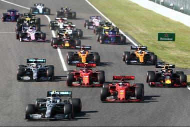 El Mercedes de Valtteri Bottas acaba de sobrepasar al Ferrari de Sebastian Vettel, que se movió antes de que se apagaran las luces rojas del semáforo; el alemán no sería sancionado y rescataría el segundo lugar, detrás del finlandés.