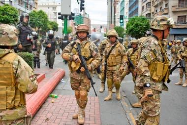 Militares patrullan las calles