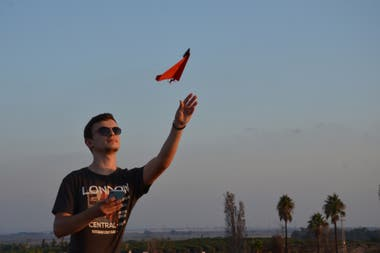 El kit PowerUp, que le agrega un motor a un avión de papel, incluye rutinas para hacer acrobacias y estabilización del vuelo