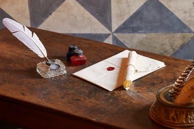 """En la ONG Juliets Club, un equipo de voluntarias, bajo el nombre de """"Las secretarias de Julieta"""", se encargan de responder una por una las cartas que llegan a llegan a Casa di Giulietta. Crédito: Airbnb"""