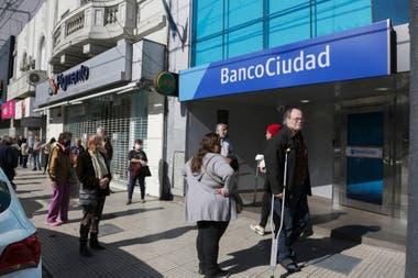 Solo podrán retirar dinero por ventanilla jubilados y pensionados sin tarjeta de débito; el resto de los clientes deberán hacerlo en un cajero