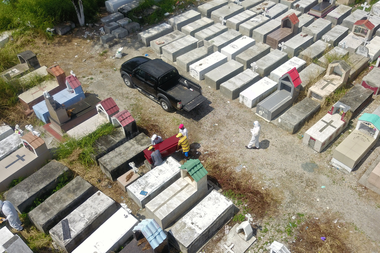 Cementerios improvisados, un nuevo panorama en las afueras de algunas ciudades