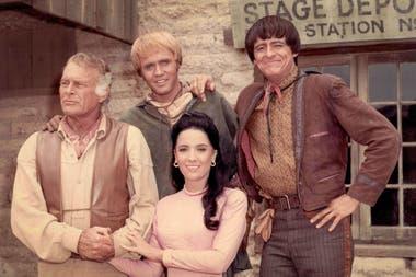 Linda Cristal y elenco de El Gran Chaparral