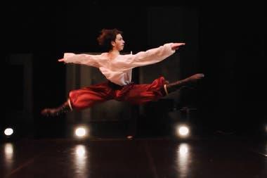 """Ciro Tamayo, volador, en la danza rusa de """"Gopak"""""""