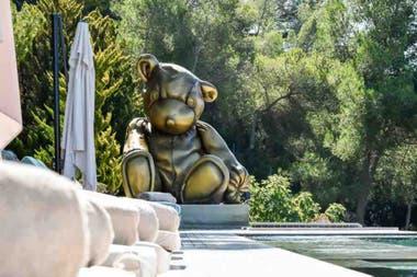 La curiosa escultura junto a una de las piscinas de la residencia