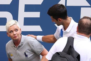La mirada de pánico de la jueza de línea tras recibir el golpe de Djokovic