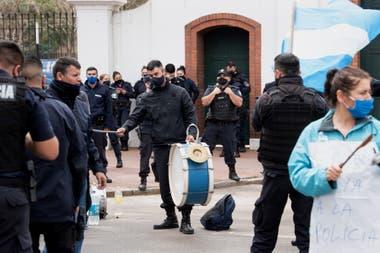 Los policías bonaerenses protestan con bombos y banderas, en Olivos