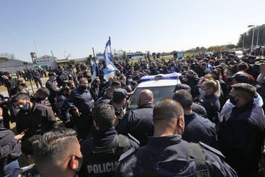 Los policías en Puente 12 -La Matanza- mientras escuchan el discurso de Axel Kicillof, el jueves