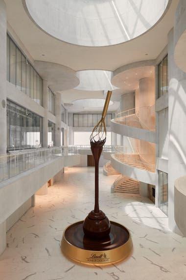 Por la fuente, de 9 metros de altura, fluyen 1500 litros de chocolate