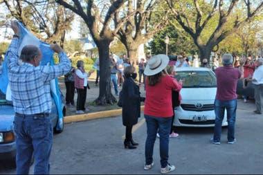 Productores y vecinos de Bragado en una de las plazas de la ciudad