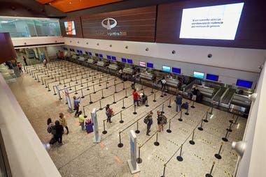 Pasajeros para abordar el primer vuelo que sale de Mendoza hacia Buenos Aires