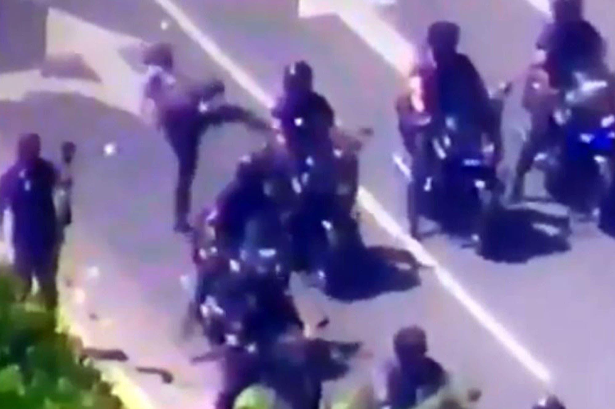 La muerte de Maradona: un manifestante pateó a un policía y lo tiró de la moto