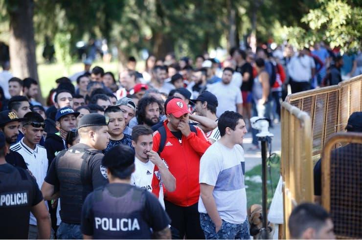 El control policial organizó el expendio de entradas para los hinchas de River en Mendoza