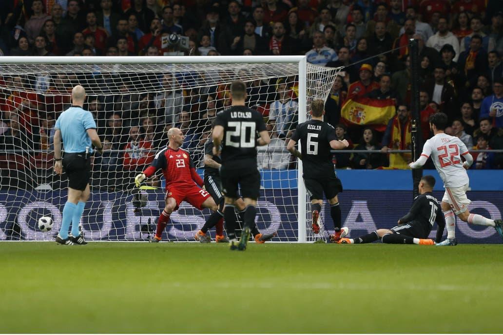 El derrumbe se construyó a partir de este gol de Isco, el que selló el 3 a 1; Caballero está a punto de caer, mientras los defensores acompañan la escena, sin saber cómo frenar la debacle