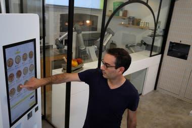 Philippe Goldman, uno de los creadores del robot Pazzi, muestra cómo se pide la pizza con una computadora