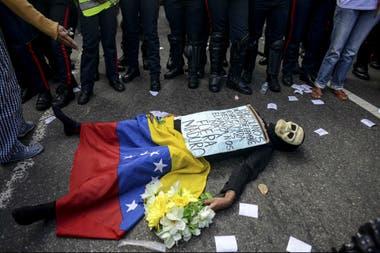 Manifestante con la bandera de Venezuela en una de las protestas de 2017