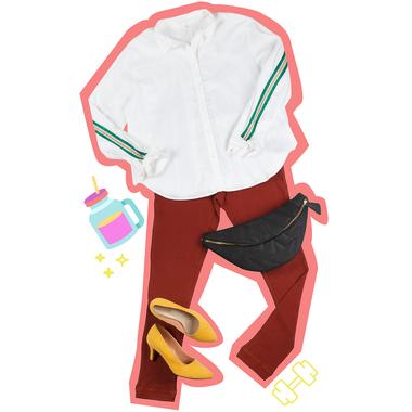 Las guardas de rayas son un detalle deportivo que descontractura prendas clásicas, como una camisa blanca
